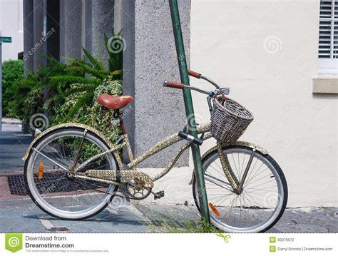 Gammal Cykel Med Korgen Som Låsas Till Pole Arkivfoto