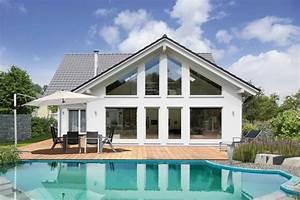 Moderne Häuser Mit Pool : einfamilienhaus mit satteldach von fingerhut einfamilienhaus l fingerhut haus gmbh ~ Markanthonyermac.com Haus und Dekorationen