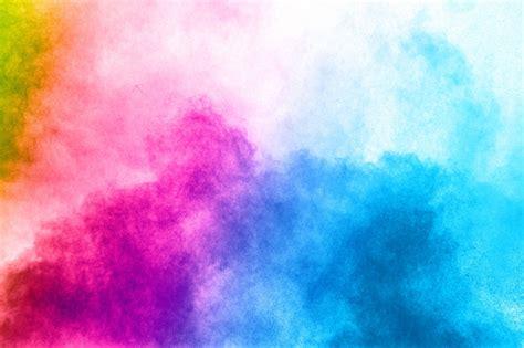 explosion de poudre de couleur abstraite sur fond blanc