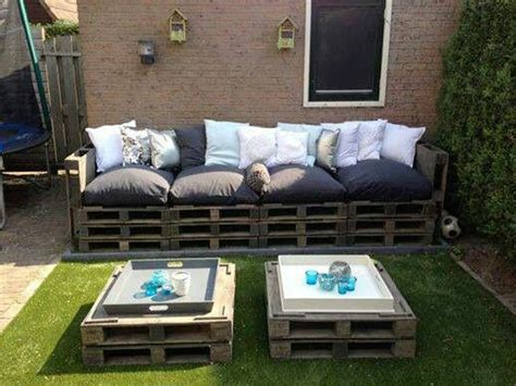 canape avec des palettes faire un salon de jardin en palette deco cool