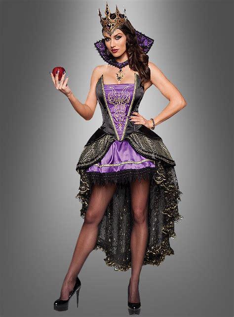 boese zauberin im wunderschoenen langen schwarzen kleid
