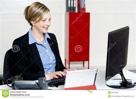 image de secretaire au bureau beau secrétaire au travail dans bureau photos libres