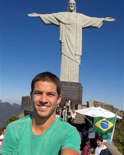 selfie sur la statue du christ redempteur  rio des