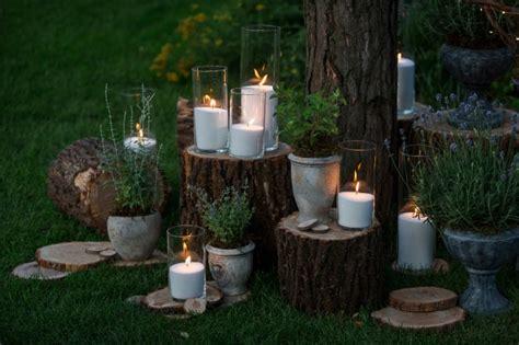 kerzen für den garten gro 223 e vasen mit wei 223 en kerzen stehen auf den bl 246 cken im