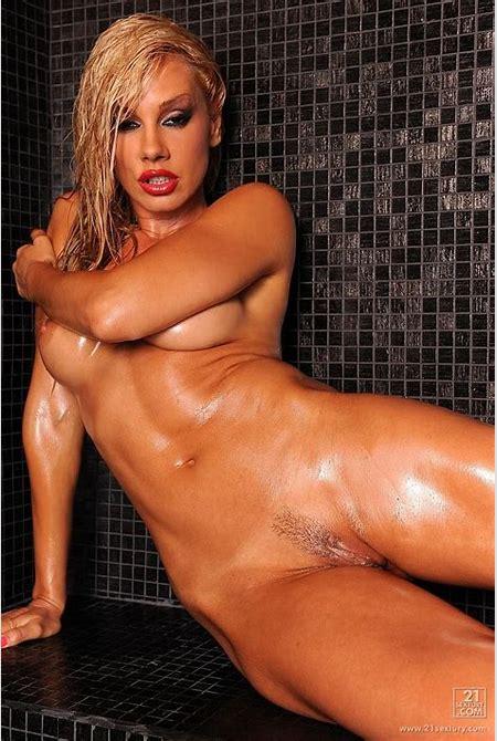 Vega Vixen posing her well oiled sexy naked body - Pichunter