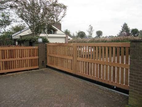 open houten schuifpoort met hekwerk blank farm poorten