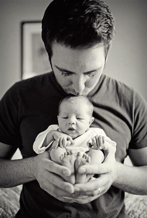 padres  sus bebes demostrando  la paternidad saca