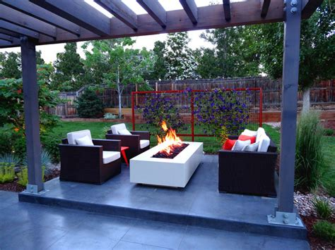 smooth finish concrete patio with modern feature