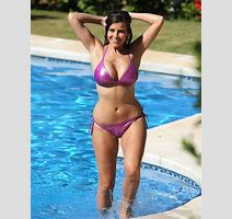 Isn Hotnews Blog Archive Busty Imogen Thomas Makes A Splash