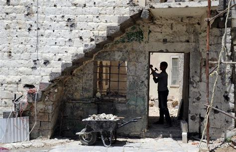 Syrians work on shattered school in city of Homs Chinaorgcn