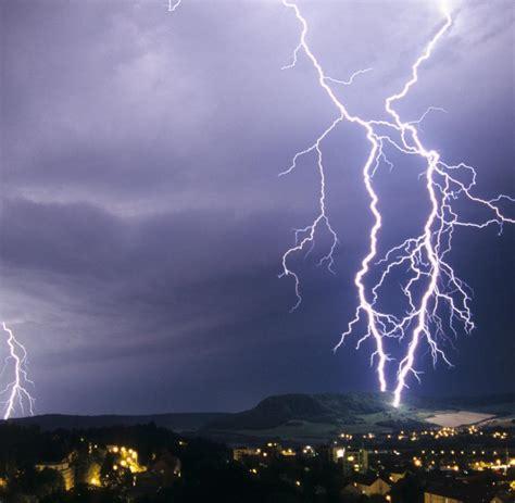 Mit Blitzen by Unwetter Was Passiert Wenn Einen Der Blitz Trifft Welt