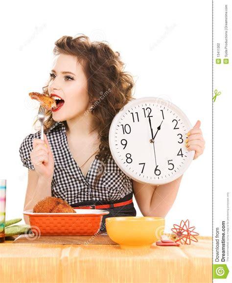 femme dans la cuisine femme attirant dans la cuisine photographie stock