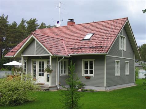 Graues Haus Rotes Dach grey wood house exterior squared windows roof