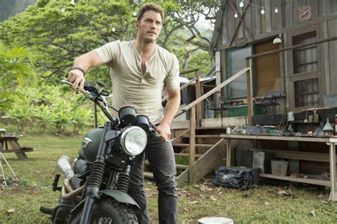 """Chris Pratt Rides A """"triumph Scrambler"""" In The Jurassic"""