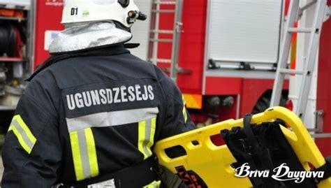 No degošām ēkām ugunsdzēsēji izglābj vairākus cilvēkus | Brīvā Daugava