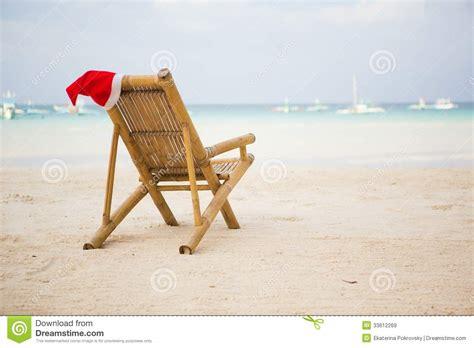 chapeau de santa sur la chaise longue sur la plage images