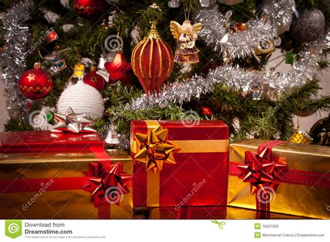 rect 225 ngulos de regalo adornados bajo el 225 rbol de navidad