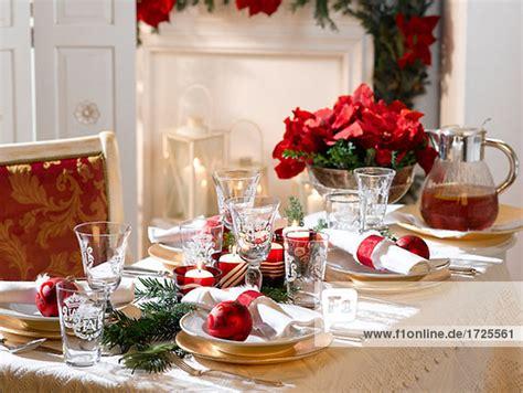 festlich geschmueckter weihnachtstisch lizenzfreies bild