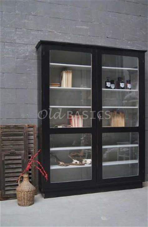 vitrinekast  stijlvolle oude houten vitrinekast met