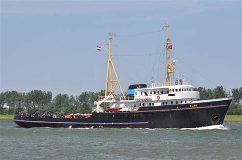 Sleepboot De Elbe by Elbe