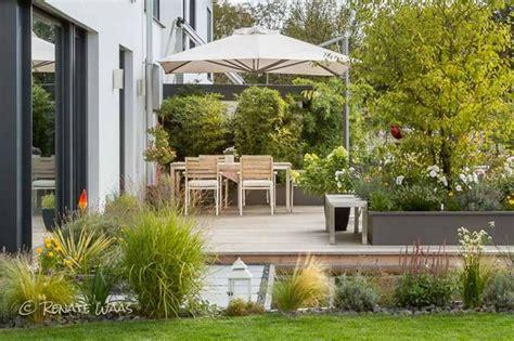 Moderne Häuser Und Gärten by Moderner Garten Moderne Bepflanzung Und Wasserbecken
