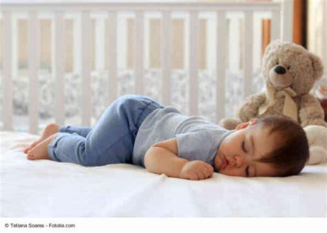 Schlafrhythmus Baby Und Wie Lange Schlafen Babys?