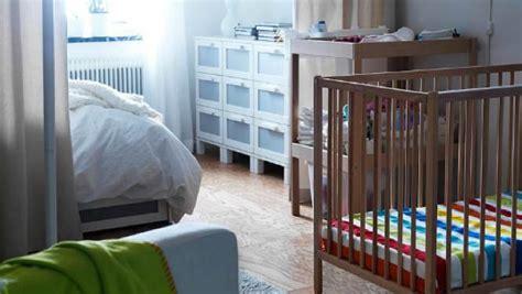 lit bébé chambre parents aménager un coin pour bébé dans une chambre parentale
