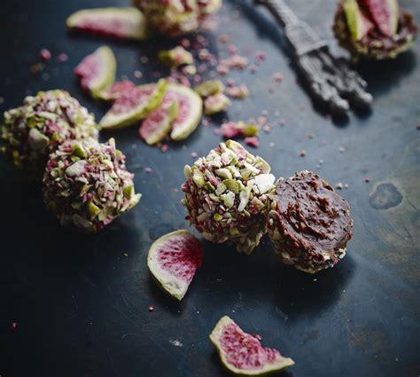 Tumšās šokolādes trifele ar vīģes un konjaka pildījumu, kas sajaukta ar žāvētu vīģu daļiņām un ...
