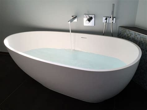Freistehende Badewanne Die Moderne Badeinrichtungminimalistische Freistehende Badewanne by Luino Gl 228 Nzend Moderne Badezimmer Freistehende