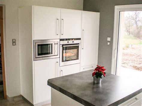 meuble cuisine frigo cuisine en laque blanc brillant plan de travail et