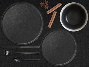 Assiette Noire Mat : passez l 39 assiette noire sur la table joli place ~ Teatrodelosmanantiales.com Idées de Décoration