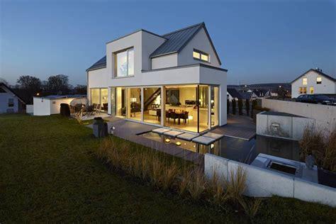 Moderne Häuser Satteldach by Lichtdurchflutetes Satteldach H 228 User V 246 Lse