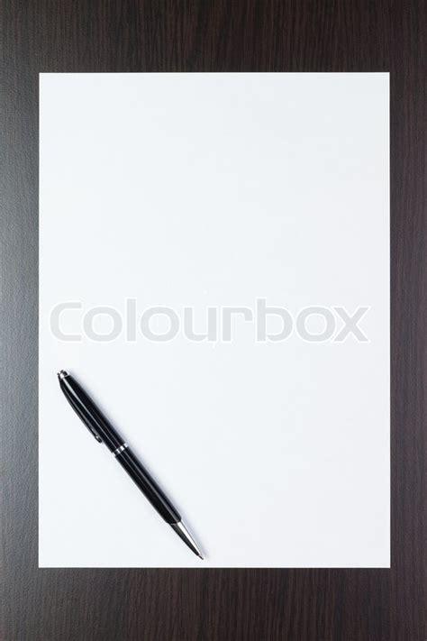 leeres blatt papier auf dem tisch mit einem stift stock