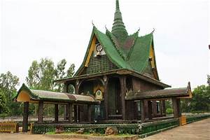 Temple Of A Million Bottles  Thailand U2019s Recycling Wonders