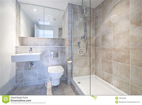 cuarto de ba 241 o moderno de la habitaci 243 n del en con la