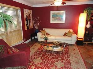 Burgundy walls and white leather mmmm i don39t do white for Decorating ideas for living rooms with burgundy furniture