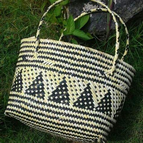 tas anyaman rotan dengan motif khas dayak kalimanta kini