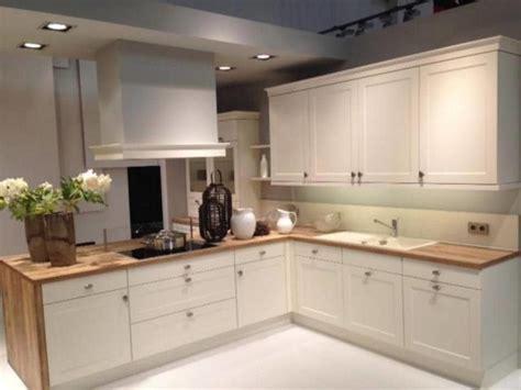 muebles de cocina tonos claros  sencillez muebles