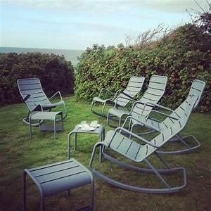 Fermob Salon De Jardin : jardin avec rocking chair et table basse luxembourg fermob garden ~ Teatrodelosmanantiales.com Idées de Décoration