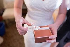 Wedding gifts from the groom39s parents lovetoknow for Groom gifts for bride on wedding day