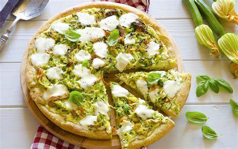 pizza con i fiori di zucca pizza con fiori di zucca zucchine e ricotta ricetta e
