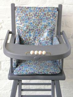 une chaise haute ancienne repeinte en gris avec un bel habillage en liberty an style high
