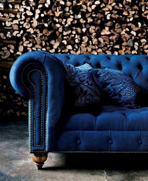 canap velours bleu chesterfield le style revisité mademoiselle déco