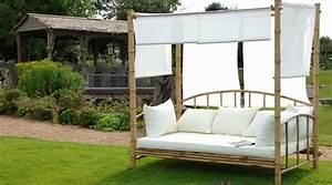 Salon De Jardin Bambou : lit de jour en bambou avec coussins et tentures ~ Teatrodelosmanantiales.com Idées de Décoration