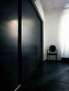 Dunkler Boden Weiße Sockelleisten : schwarzer kleiderschrank verleiht dem schlafzimmer eine m nnliche note ~ Markanthonyermac.com Haus und Dekorationen