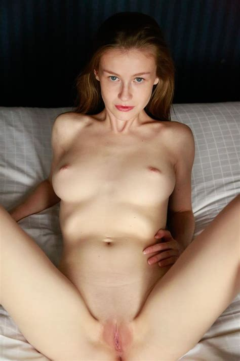 emily bloom magrinha gostosa peladinha bem sensual de lingerie branca nudelas