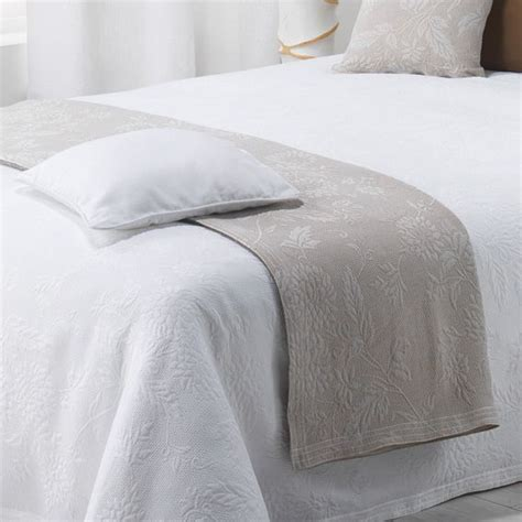 couvre lit 180 x 250 cm thea blanc couvre lit boutis eminza