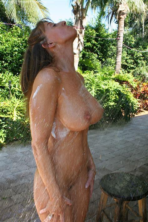 Horny Milf Loves It Wet 13172