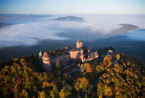 des cuisines en bois admirer le château du haut koenigsbourg en alsace