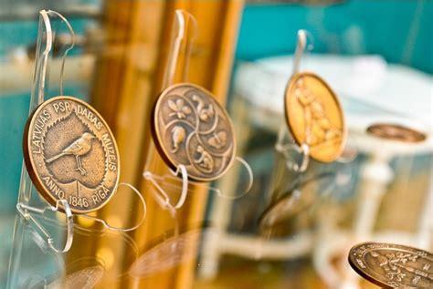 Plašu pasaku medaļu izstādi atklās Džūkstes Pasaku muzejā ...